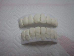 dientes-moldeados-y-plastico-pegados-disfracesmimo