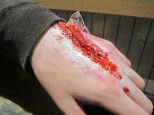 manos-de-maquillaje-zombie-2-disfracesmimo