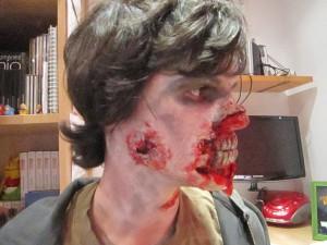 maquillaje-de-zombie-con-dentadura-de-lado-disfracesmimo