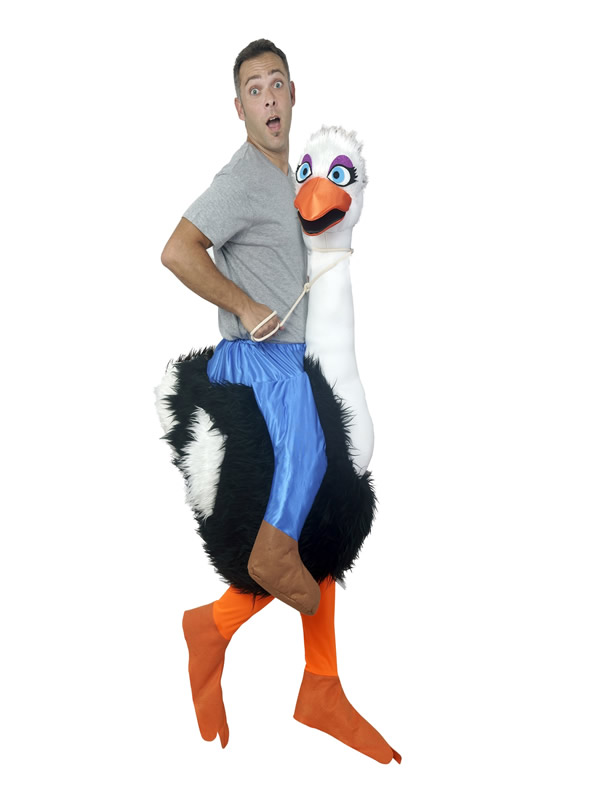 disfraz de avestruz alegre a hombros de jinete hombre