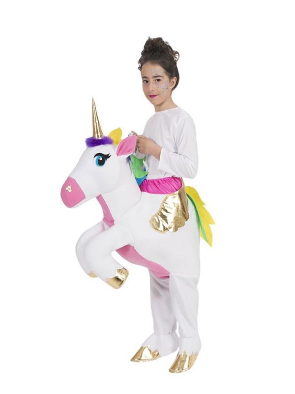 disfraz de jinete montando a hombros de unicornio niña
