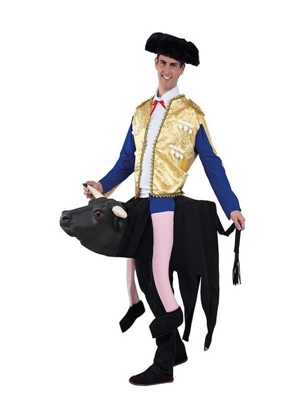 disfraz de torero a hombros del toro hombre