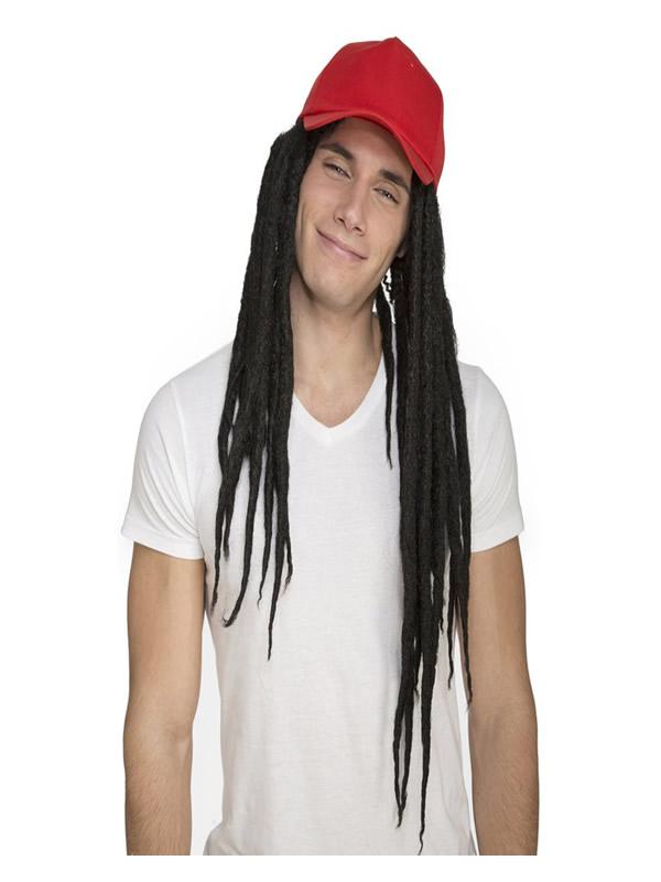 peluca de rastas con gorra roja