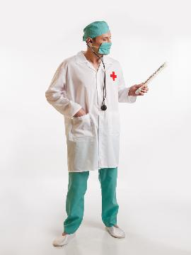 disfraz de doctor con bata para hombre. Con este traje volverás locas a las enfermeras de tu planta.Qué paciente femenina no querrá que la atiendas en  fiestas temáticas.Este disfraz es ideal para tus fiestas temáticas de disfraces de uniformes de trabajo y enfermeras y medicos para hombre adultos.
