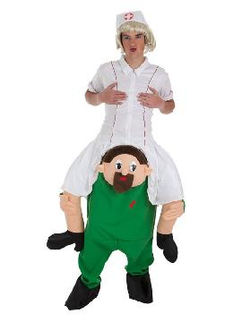 disfraz de enfermera a hombros de doctor adulto
